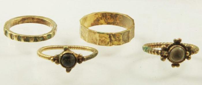 Найденные кольца, два из которых - обручальные.