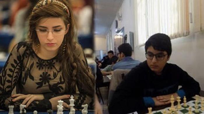 Дорса Дерахшани и её брат Борн на соревнованиях по шахматам.