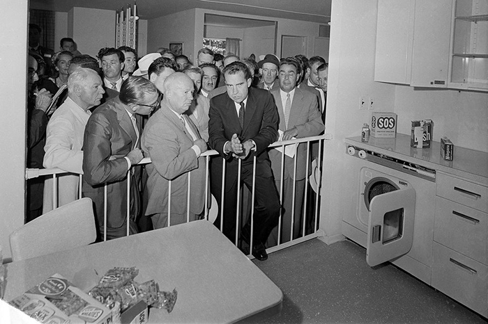 Ричард Никсон и Никита Хрущёв на печально известных «кухонных дебатах».