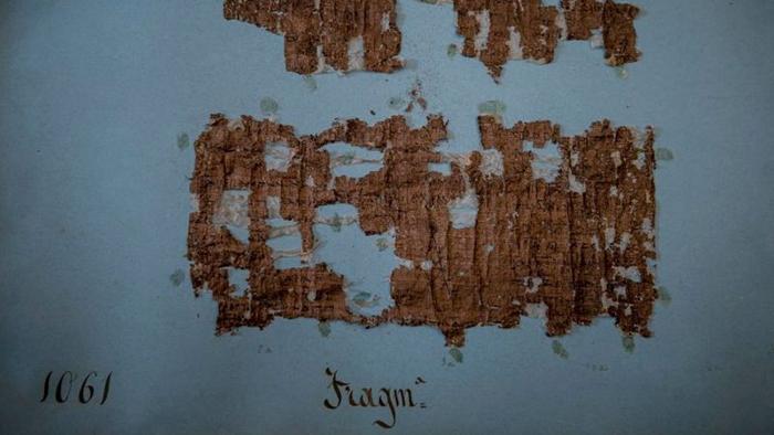 При попытках разделить страницы была потеряна большая часть полотна.