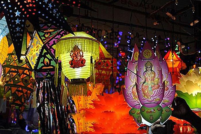 Фонари на ярмарке в честь праздника Дивали.