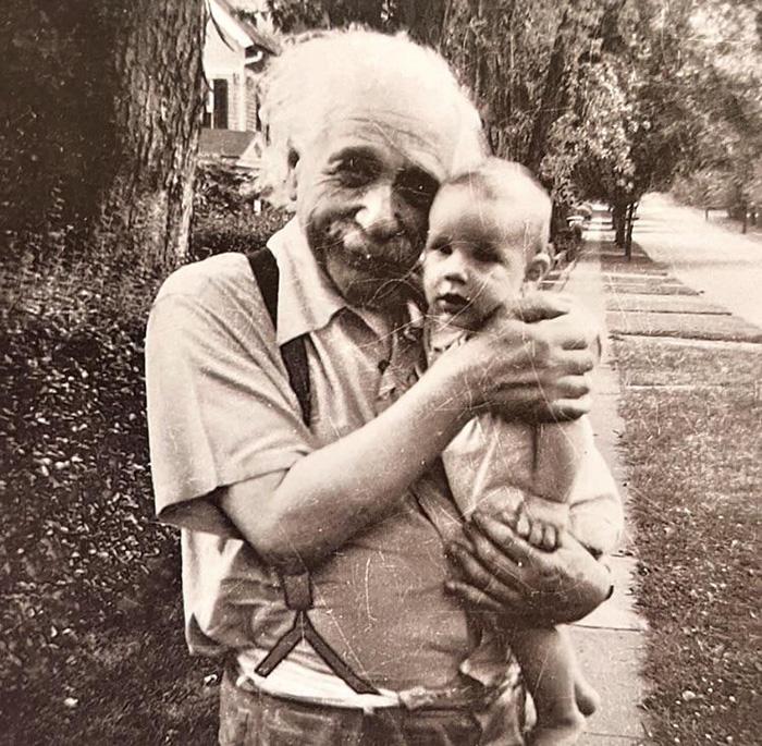 Альберт Эйнштейн с новорождённым сыном.