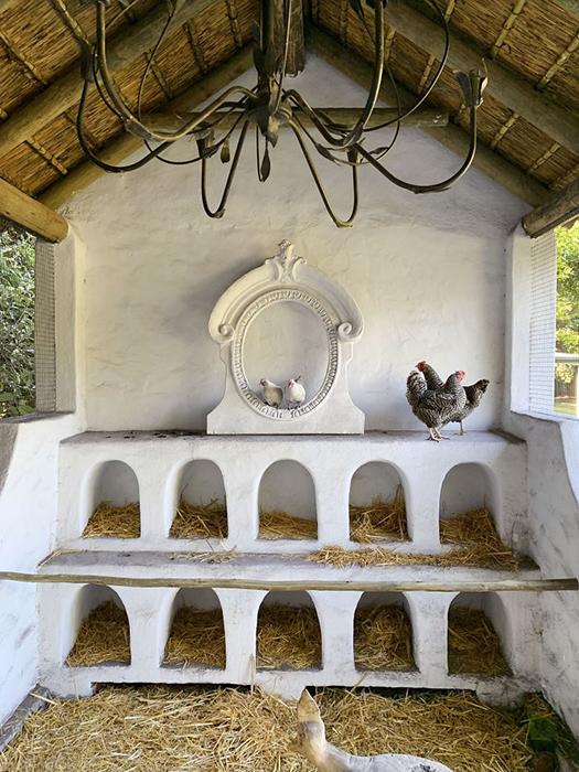 Интересно, во времена античности у кур были такие домики?