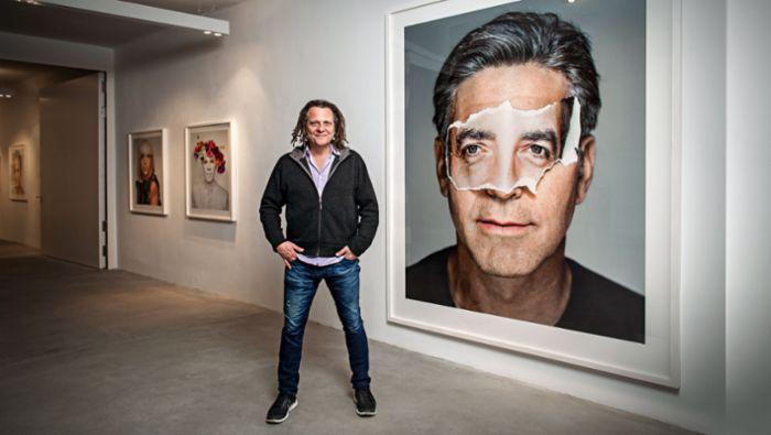 Мартин Шоллер на выставке своих работ.
