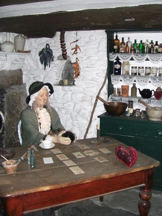 Модель колдуньи XIX века в Музее чародейства и магии, Боскасл, Девон.
