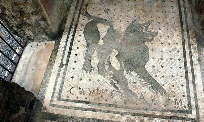 Один из старейших в мире знаков «Осторожно, злая собака», найденный на руинах Помпеи, Италия.