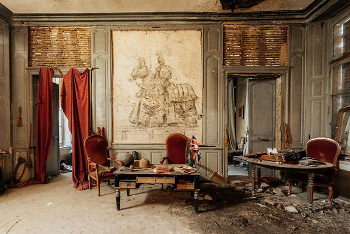 Роман Тьерри успел сфотографировать интерьеры замка до того, как он был полностью уничтожен пожаром.