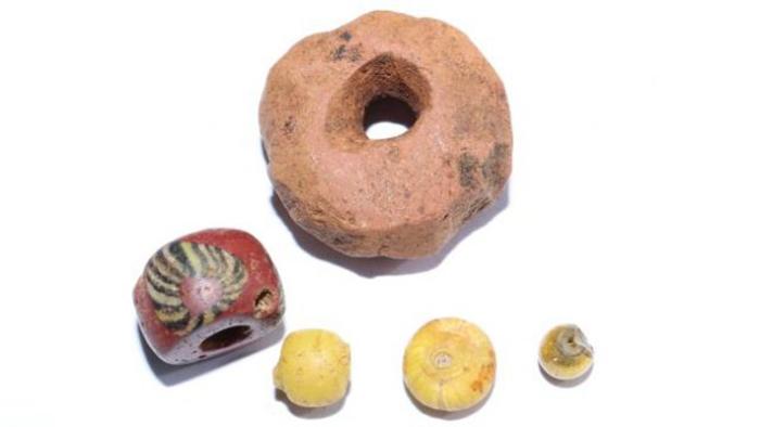 В результате раскопок было обнаружено множество декоративных стеклянных бусин и большая бусина из песчаника, которые, вероятно, использовались для торговли.