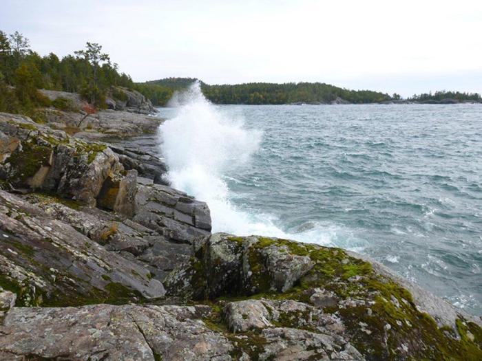 Прибрежная тропа озера Верхнее, к северу от Sinclair Cove.