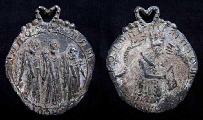Подделки приняли за религиозные жетоны времён правления Марии І.