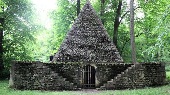 Пирамида, которую бывает сложно найти в парке.
