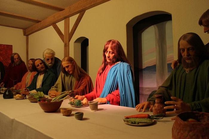 Фигуры сцены Тайной вечери были получены из музея мадам Тюссо в Арканзасе.