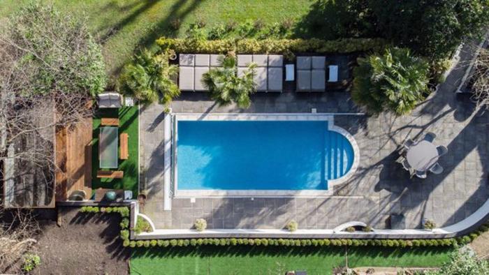 В имении есть даже бассейн с подогревом.