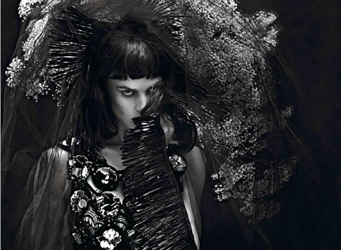 Саския два раз под ряд попала на обложку престижного журнала Vogue.