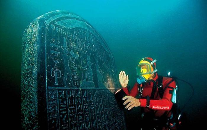Была найдена табличка из чёрного гранита, надпись на которой гласила - Гераклион.