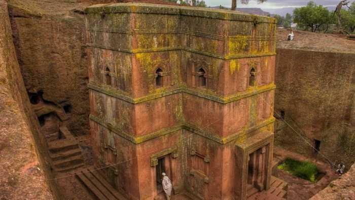 Окна были вырублены в каменных стенах храма в форме креста.