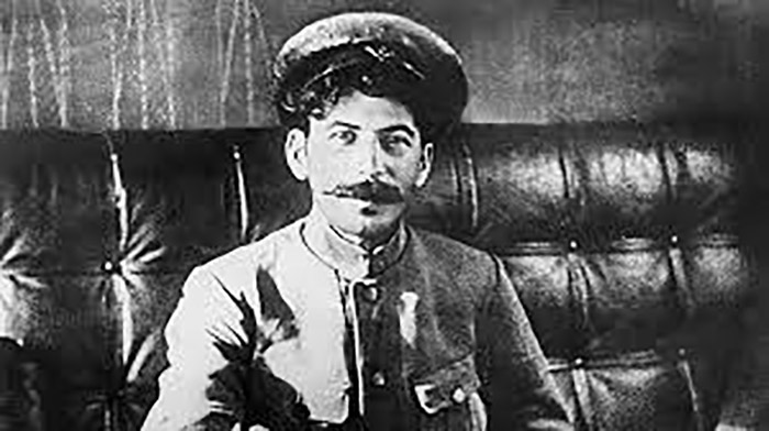 Джугашвили увлёкся идеями марксизма и присоединился к большевикам.