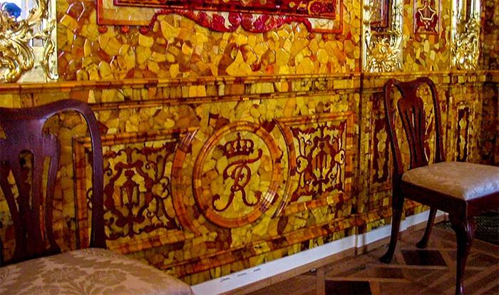 Реставраторы восстановили Янтарную комнату во всём блеске её былого великолепия.