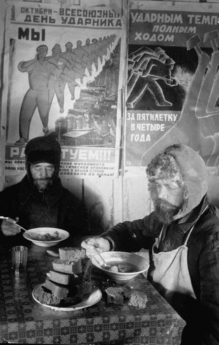 Двое рабочих за обедом, 1931 год.