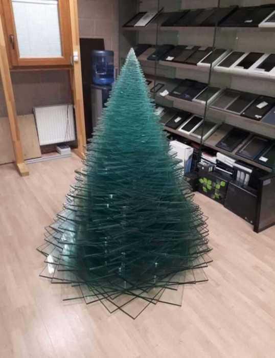 Ёлка из листов стекла в магазине по продаже техники.