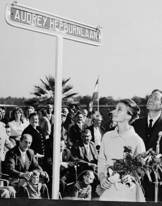Одри Хепберн на открытии улицы в свою честь.
