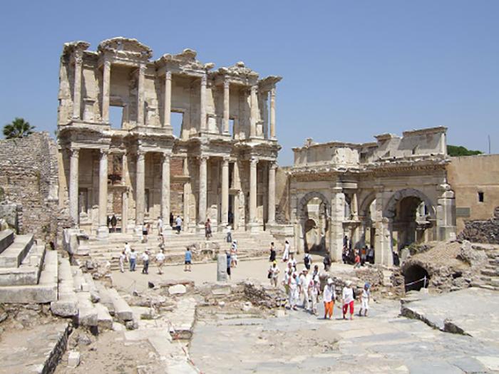 Развалины некогда величественного здания.