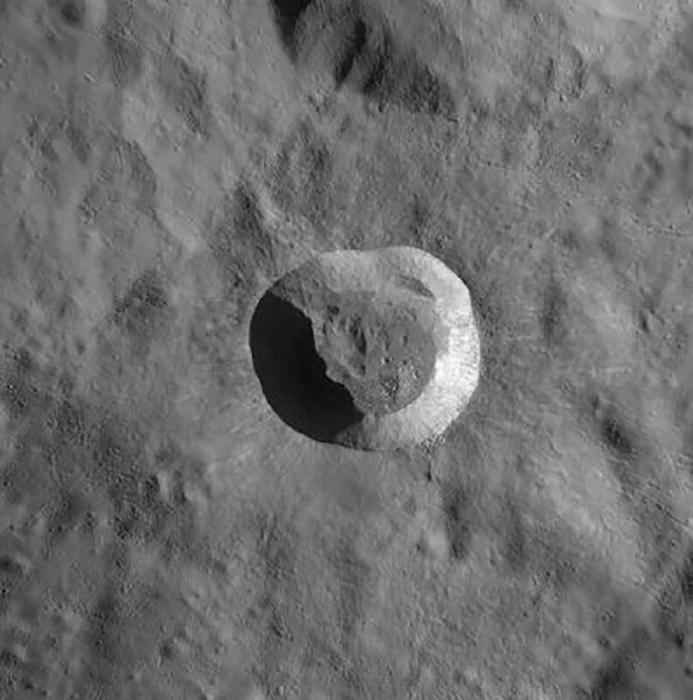 22-километровый кратер Джордано Бруно.