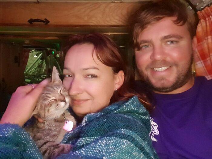 Уиллоу, Ли и их приёмная кошка Эми, которую они нашли в Вашингтоне.