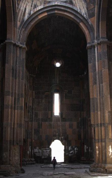 Массивная часть руин, внутренний снимок Анинского собора.