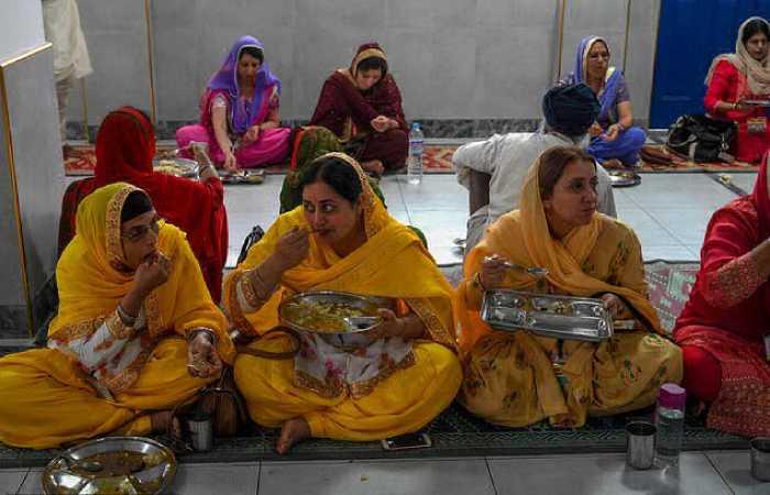 Гуру Нанак проповедовал всеобщее равенство, что привлекало массы простых людей.