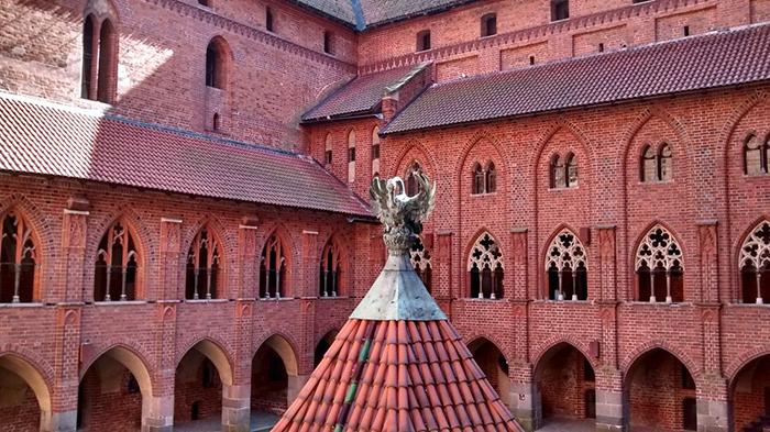Роскошью замок не уступал резиденциям европейских монархов.