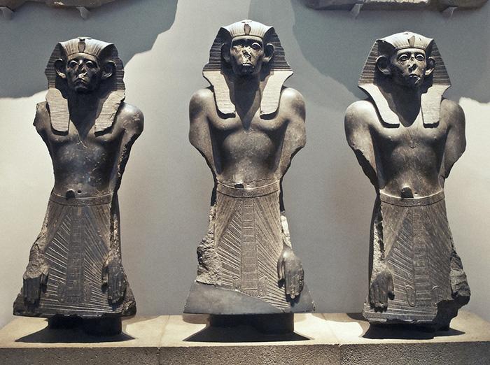 Почему в целом статуи хорошо сохранились, а нет лишь носа?