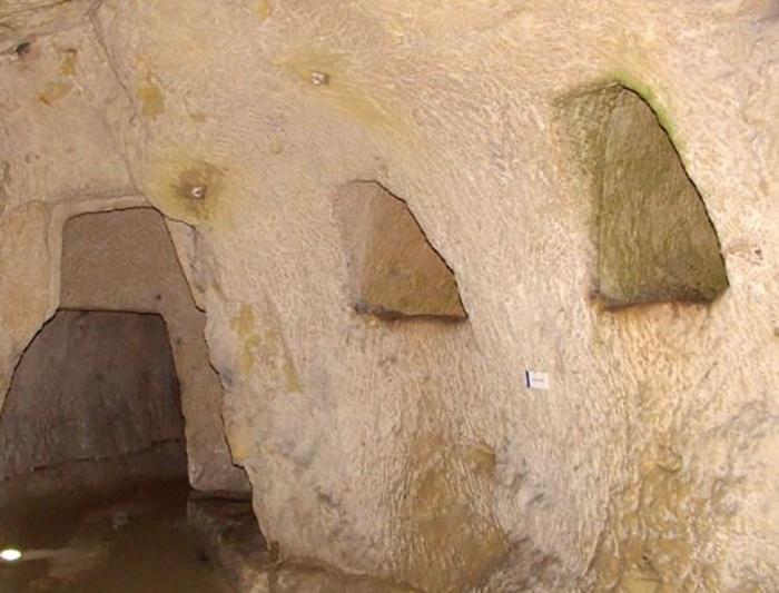 В этих подземельях хозяева хранят своё вино.