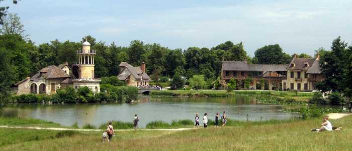 Луг и озеро в деревне Марии-Антуанетты.