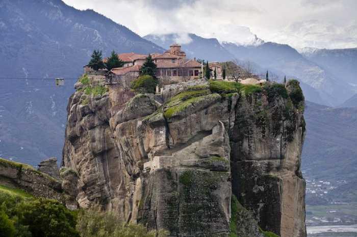 Монастырь находится на вершине 400-метровой скалы.