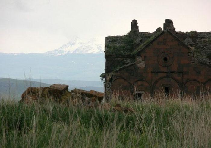 Собор Ани на фоне армянских гор.
