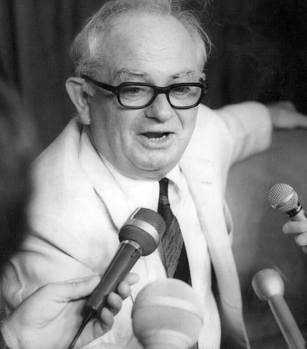 Известный австралийский журналист-международник, Уилфред Бэрчетт.