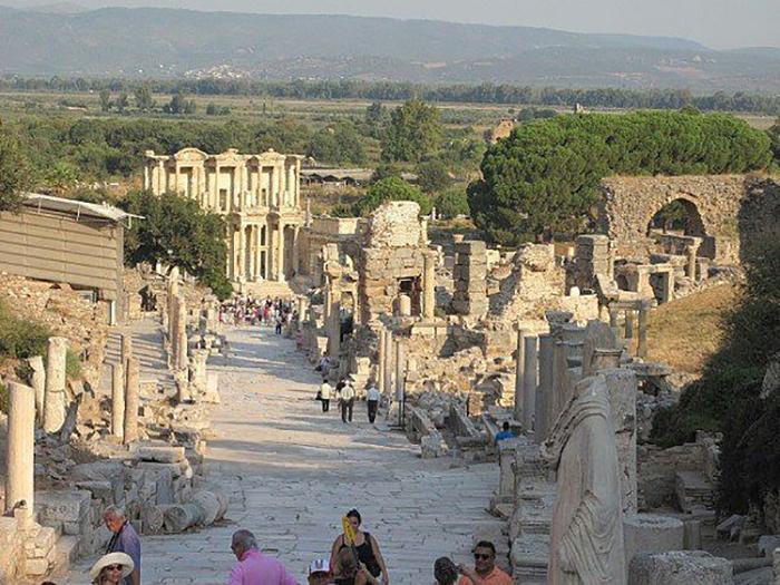 Место, где был храм, а сейчас его остатки, популярно среди туристов.