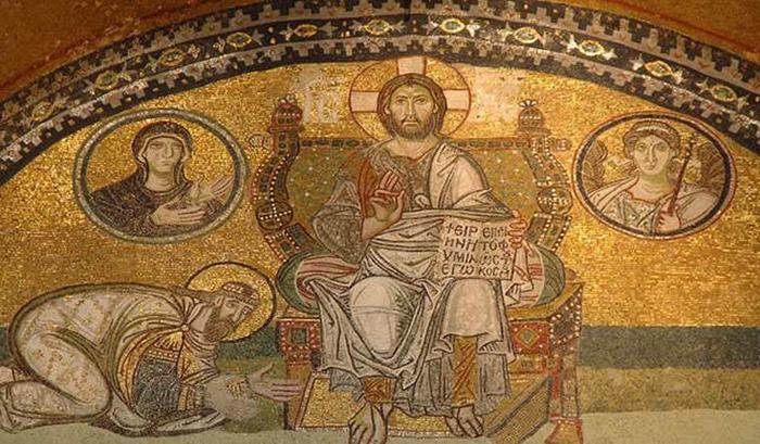 Иисус Христос, а по обе стороны от него в медальонах находятся портреты Богородицы, архангела Михаила и императора Льва VI.