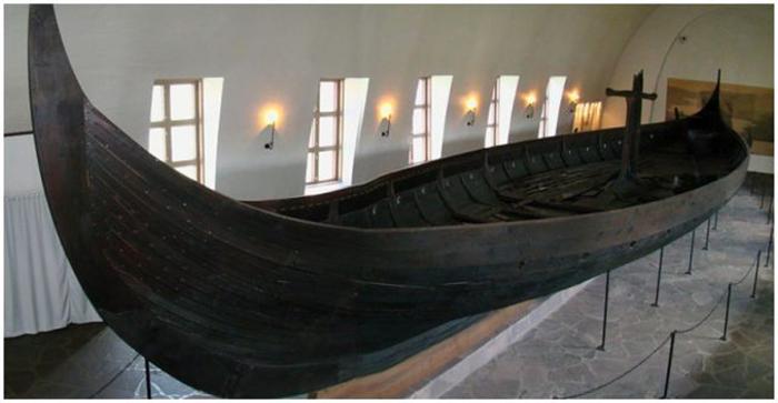 Корабль Gokstad в специально построенном музее кораблей викингов в Осло, Норвегия.