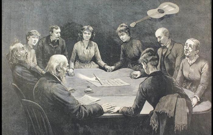 Спириты и медиумы использовали различные практики, чтобы доказать, что они на самом деле общаются с мёртвыми.