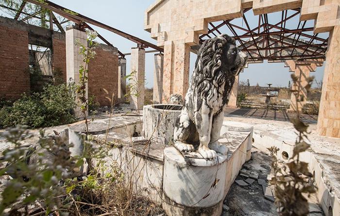 Неисправный фонтан в бывшей резиденции Мобуту в Гбадолите.