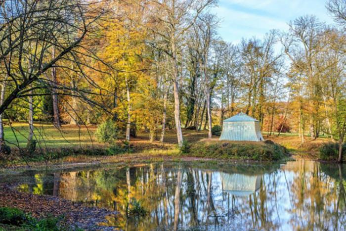 Некогда прекрасный пруд посреди сада и Остров счастья.