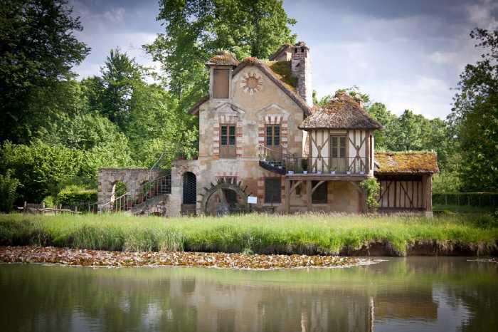 В своей деревенской резиденции королева отдыхала от удушливого дворцового этикета.