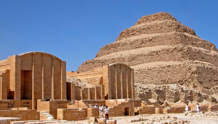 Величественное строение среди песков Египта - самая первая пирамида.