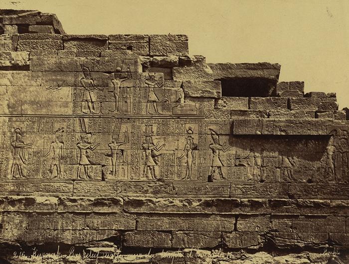 С самого начала учёным было ясно, что Розеттский камень лишь часть большой стелы.