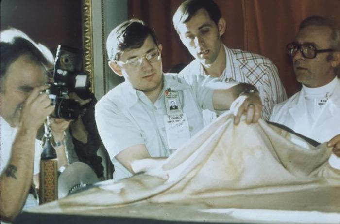Учёные исследуют ткань плащаницы.