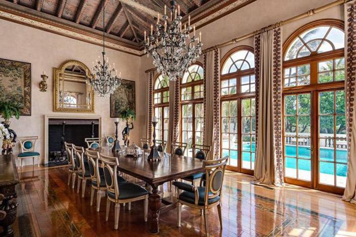 В доме много роскошных люстр, в которых совершенно нет нужды, из-за больших окон.