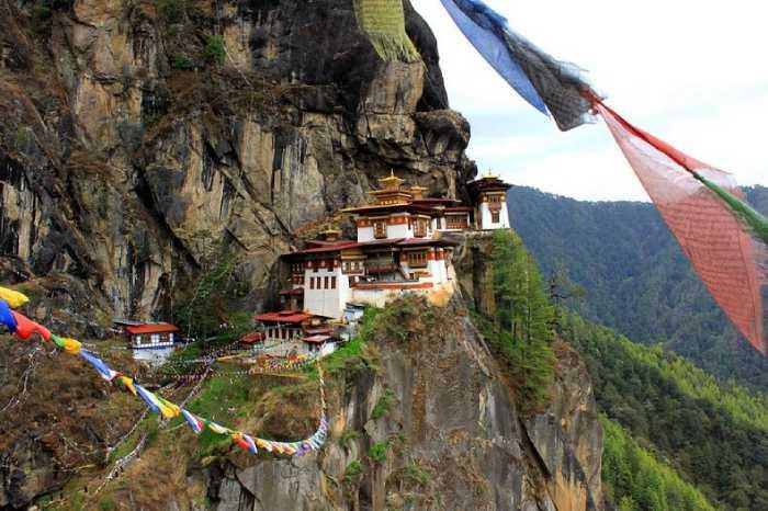 Монастырь построен на крутой почти отвесной скале.