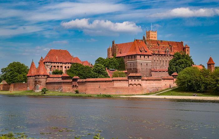 Замок служил укреплённой крепостью и монастырём для рыцарей Тевтонского органа.